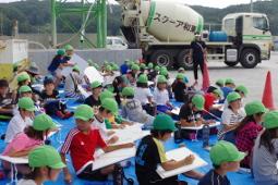 東松山工場で写生会をする児童たち